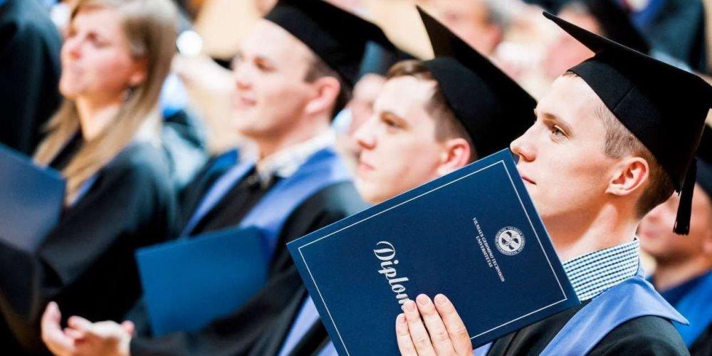Studenty-poluchayut-diplom